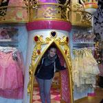 Kleine Prinzessinnen im Disney-Store :-)