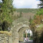 Torbogen am Ende der Klosteranlage