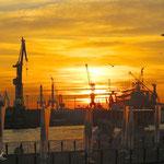 """19.  _Flight into the night_ Ende eines schönen Tages. 22.10.2013. St. Pauli Landungsbrücken mit Blick zu dem gegenüberliegenden Betriebsgelände der Werft """"Blohm+Voss""""."""