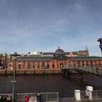 """4.  Filmdreh ... Vorbei an der Schiffsanlegestation """"Altona Fischmarkt"""" mit der legendären Fischauktionshalle. Erbaut 1896 und gilt seit ihrer Restaurierung 1984 als Ort für Veranstaltungen."""