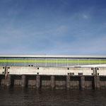 6.  _green/blue in October_ Mit der Fähre vorbei am Kreuzfahrtterminal Altona. Der Terminal bietet Schiffen mit einer Länge bis 326 m einen Liegeplatz bei einer Wassertiefe von 10 m.
