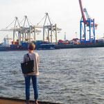 """15.  NDR TV Journalistin Tina Wolf am Schiffsanleger Museumshafen """"Neumühlen/Övelgönne""""."""