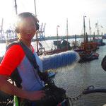 13.  NDR-Film-Crew. Blickrichtung elbabwärts am Museumshafen. Hier am Hafen wird die maritime Vergangenheit lebendig gehalten und ist ein Erlebnis der Dampftechnik und braune Segel.