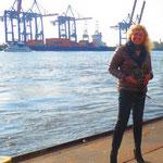 """11.  Anka Blank am Schiffsanleger Museumshafen """"Neumühlen/Övelgönne""""."""