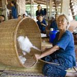 「綿打ち」弓の弦の部分を利用してベンベンと弾くことで綿の繊維がふわふわになります。