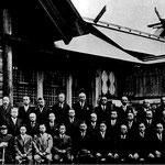 | чиновники у храма Карафуто дзиндзя