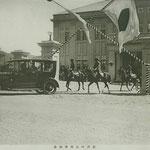 1925 | Его Высочество Хирохито покидает здание мэрии (юг)