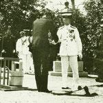 1925 | (Его Высочество) собственноручно сажает (растения) в храме Карафуто-дзиндзя