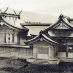 1935 | В японских изданиях подписи к этому храму переводятся как Вид святыни SHOKON-Цзиньша Храм, KARAFUTO. Сёконся - святилище для почитания душ воинов (юг)