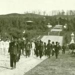 1925 | (Его Высочество) проводит смотр местного военного корпуса Сэйнэнтай (отряд молодежи)