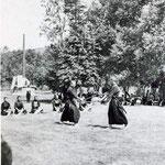 1930-е | Соревнования у храма. Сейчас здесь площадь Славы. Ствол пушки из Порт-Артура - японский памятник Тюконхи. Сейчас ствол во дворе Областного музея (северо-восток)
