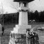 1950-1955 | Каменные фонари Иши тооро (справа  поваленые тории)