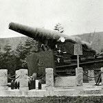 | Русская пушка из Порт-Артура, установленная у подножья храма (север)
