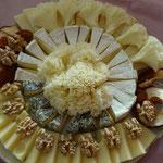 Käseplatte mit Nüssen und Trockenfrüchten