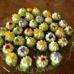 Gurkentaler mit Frischkäse verziert mit Kräutern