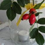 Tischdeko mit Teelicht und Hagebutten