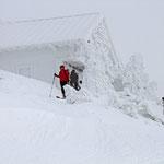 Mit den Tourenski auf dem Gipfel