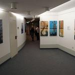 """Hier weitere Werke von Annette Palder. Links """"geZEITen"""" und rechts das Projekt GEBOrGEN mit den Serien """"Aqua"""" und """"Terra"""", die sehr viel Beachtung fanden und durch die besondere Technik für Diskussionen und Gespräche sorgten."""