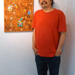 """Der internationale Künstler Daniel Kho vor seinem Werk """"New Life"""""""