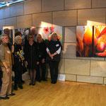 """Die Künstler neben dem Werk """"natURGEWALT"""" von Annette Palder."""
