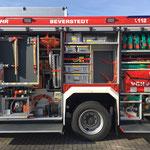 HLF20 Beverstedt Fahrerseite mit offenen Geräteräumen