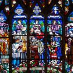 Vitrail évoquant le baptême de Sainte Thérèse (au centre)