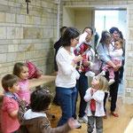 Les parents rejoignent leurs enfants au centre pastoral La Providence pour prendre le repas