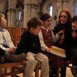 Quelques enfants : Anne-Zélie, Théophane, Tsilla et Mathilde avec un enfant sur les genoux
