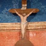 En face, le Christ en trompe-l'oeil
