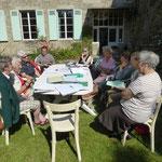 Réunion de travail au soleil, dans le jardin du presbytère