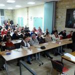 Une cinquantaine de personnes attentives pendant la projection de diapos