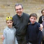 Un jeune roi avec le P. Loïc