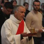 Le Saint Chrême, avec lequel les confirmands seront oints, est apporté par le diacre Gilles Dauphin