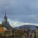 Au fond, la Butte Chaumont ; à gauche le toit surmonté d'un lanternon de la bibliothèque municipale (ancienne chapelle de Jésuites)