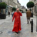 Le Cardinal Lorenzo Baldisseri arrive à la basilique pour donner sa conférence