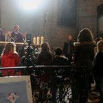 """Pour le """"Notre Père"""" nombreux étaient les enfants rassemblés autour de l'autel"""