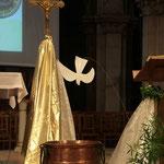 La vasque baptismale et la colombe de l'Esprit Saint en ce jour du Baptême de Jésus