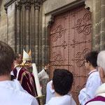 Ouverture de la porte sainte (l'évêque de sa crosse frappe trois fois la porte)