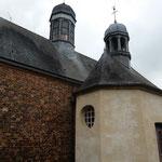 La sacristie, de forme octogonale et surmontée d'un lanternon, est accolée au mur nord de la chapelle