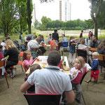 Des tables ont été disposées dans le parc