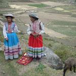 Uwe Wolf war im Colca Canyon, Peru: »An der Straße und in den kleinen Orten verkaufen Mädchen in typischer Colca-Tracht kleine, selbstgebastelte Souvenirs.«