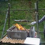 自分達で切った竹で立ちかまどをつくり、自分達で釣った魚を焼く