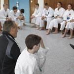 Lutz Fischer beim Unterricht über Notwehr