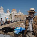 Tom vor der Kulisse von Cadiz