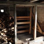In der Scheune wird der neue Balken abgedichtet und die letzte Schweinebucht ausgebaut.