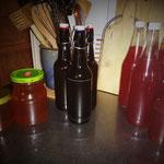 Die ersten gefüllten Flaschen und Gläser.