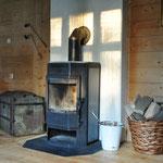 Neue/alte Truhe und endlich ein Feuerholzkorb, der uns gefällt.