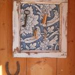 Aus dem ausgetauschten Kellerfenster und Tapetenresten aus dem alten Anbau entsteht ein shabby Schlüsselbrett.