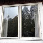 Rahmen streichen, Fensterflügel wieder einhängen, ..