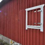 Und wir bauen noch einen Fensterladen davor. (Damit niemand in Versuchung kommt, unsere Sauna vor uns einzuweihen. *lach)